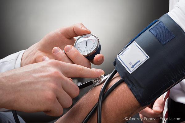 Blutdruckmessung am Arm - Bluthochdruck-Check